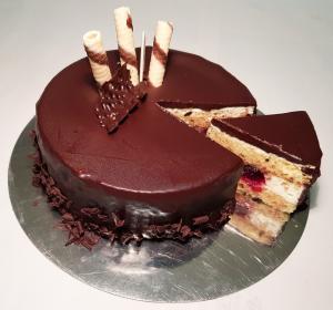 Tort w polewie czekoladowej z niespodzianką.
