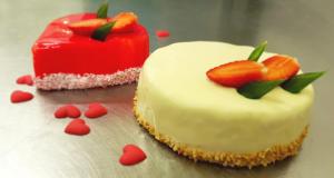 Tort w białej glazurze, tort czerwone serduszko - Cukiernia Markiza Stare Babice